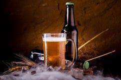 Todavía vida con de la cerveza y de la cerveza de barril con hielo por el vidrio Fotografía de archivo