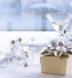 Todavía vida con dos vidrios y una caja de regalo Foto de archivo libre de regalías
