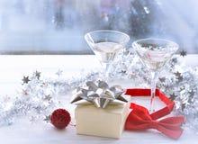 Todavía vida con dos vidrios y una caja de regalo Fotografía de archivo libre de regalías