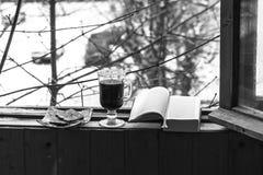 Todavía vida con el café y los dulces, tubo que fuma y libro, para una estancia cómoda en el balcón foto de archivo