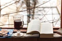 Todavía vida con el café y los dulces, tubo que fuma y libro, para una estancia cómoda en el balcón imagen de archivo libre de regalías