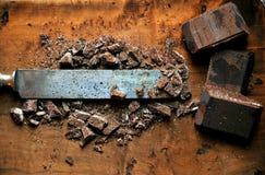 Todavía vida con el chocolate oscuro en un tablero de madera Imagen de archivo libre de regalías