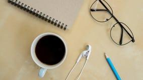 Todavía vida con el cuaderno, lápiz, auricular, vidrios Fotos de archivo
