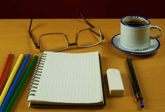 Todavía vida con el cuaderno, la taza de café, los vidrios, la pluma y el colore Imágenes de archivo libres de regalías