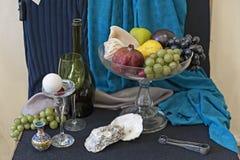 Todavía vida con el dishware y las frutas Fotografía de archivo