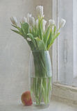 Todavía vida con el florero y la ventana fotografía de archivo