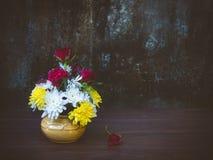 Todavía vida con el grupo de flores frescas Foto de archivo libre de regalías