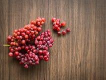 Todavía vida con el grupo de uvas frescas Foto de archivo