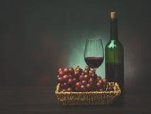 Todavía vida con el grupo de uvas frescas y de vino rojo Fotografía de archivo libre de regalías