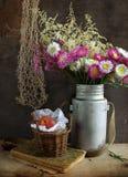 Todavía vida con el Helipterum y el melocotón Imagen de archivo libre de regalías