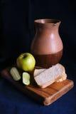 Todavía vida con el jarro y la manzana viejos Imagen de archivo libre de regalías