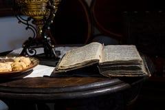 Todavía vida con el libro abierto de la antigüedad Imagenes de archivo