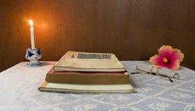 Todavía vida con el libro viejo Imagenes de archivo