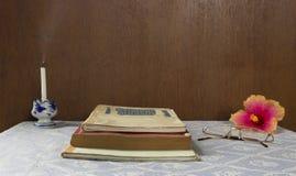 Todavía vida con el libro viejo Foto de archivo