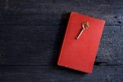 Todavía vida con el libro viejo y llave en de madera Imágenes de archivo libres de regalías