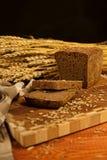 Todavía vida con el pan de centeno, espigas de trigo Imágenes de archivo libres de regalías