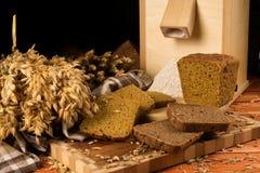 Todavía vida con el pan de centeno, espigas de trigo Imagen de archivo