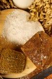 Todavía vida con el pan de centeno, espigas de trigo Imagenes de archivo