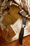 Todavía vida con el pan de centeno, espigas de trigo Foto de archivo