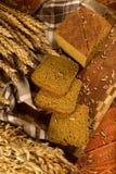 Todavía vida con el pan de centeno, espigas de trigo Imagen de archivo libre de regalías