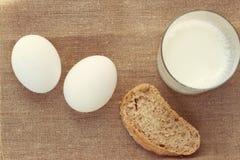 Todavía vida con el pan y el huevo, leche Imágenes de archivo libres de regalías
