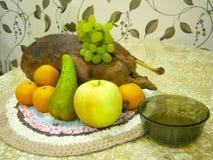 Todavía vida con el pato, la fruta y una placa con la salsa imágenes de archivo libres de regalías