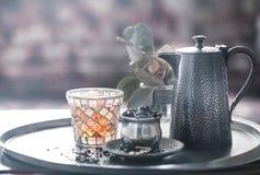 Todavía vida con el pote del té y el té Fotos de archivo
