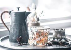 Todavía vida con el pote del té y el té Imagenes de archivo