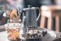 Todavía vida con el pote del té y el té Imagen de archivo libre de regalías