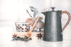 Todavía vida con el pote del té y el té Foto de archivo libre de regalías