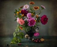 Todavía vida con el ramo de colores del otoño en un florero Fotografía de archivo libre de regalías