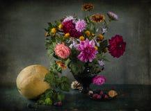 Todavía vida con el ramo de colores del otoño en un florero Foto de archivo libre de regalías