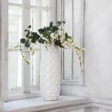 Todavía vida con el ramo de flores de cerezo artificiales Foto de archivo libre de regalías