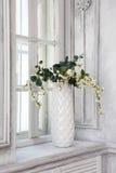 Todavía vida con el ramo de flores de cerezo artificiales Fotografía de archivo