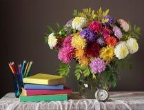 Todavía vida con el ramo del otoño De nuevo a escuela Imagen de archivo libre de regalías