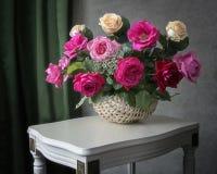Todavía vida con el ramo lujoso de rosas en la tabla foto de archivo