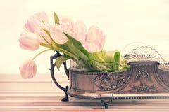 Todavía vida con el ramo rosado del tulipán Imagenes de archivo
