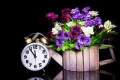 Todavía vida con el reloj del vintage con la flor Imagenes de archivo