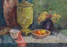 Todavía vida con el samovar de cobre amarillo viejo Foto de archivo libre de regalías
