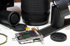 Todavía vida con el sensor del Cmos, lente de cámara rota, película de la cámara Imagen de archivo