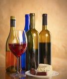 Todavía vida con el vidrio y la botella de vino, de queso y de uvas Imagen de archivo
