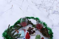 Todavía vida con el vidrio y el vino delante del árbol Imagen de archivo libre de regalías