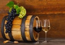 Todavía vida con el vino blanco rojo y Imagenes de archivo