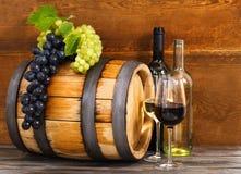 Todavía vida con el vino blanco rojo y Imágenes de archivo libres de regalías