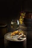 Todavía vida con el vino en blanco Imagen de archivo