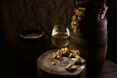 Todavía vida con el vino en blanco Foto de archivo libre de regalías