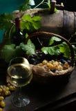 Todavía vida con el vino en blanco Imagenes de archivo