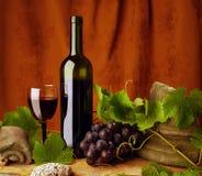 Todavía vida con el vino rojo fotos de archivo