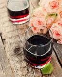 Todavía vida con el vino rojo y el ramo de rosas, entonados Imagen de archivo