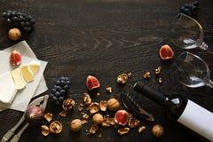 Todavía vida con el vino rojo y las frutas Foto de archivo libre de regalías